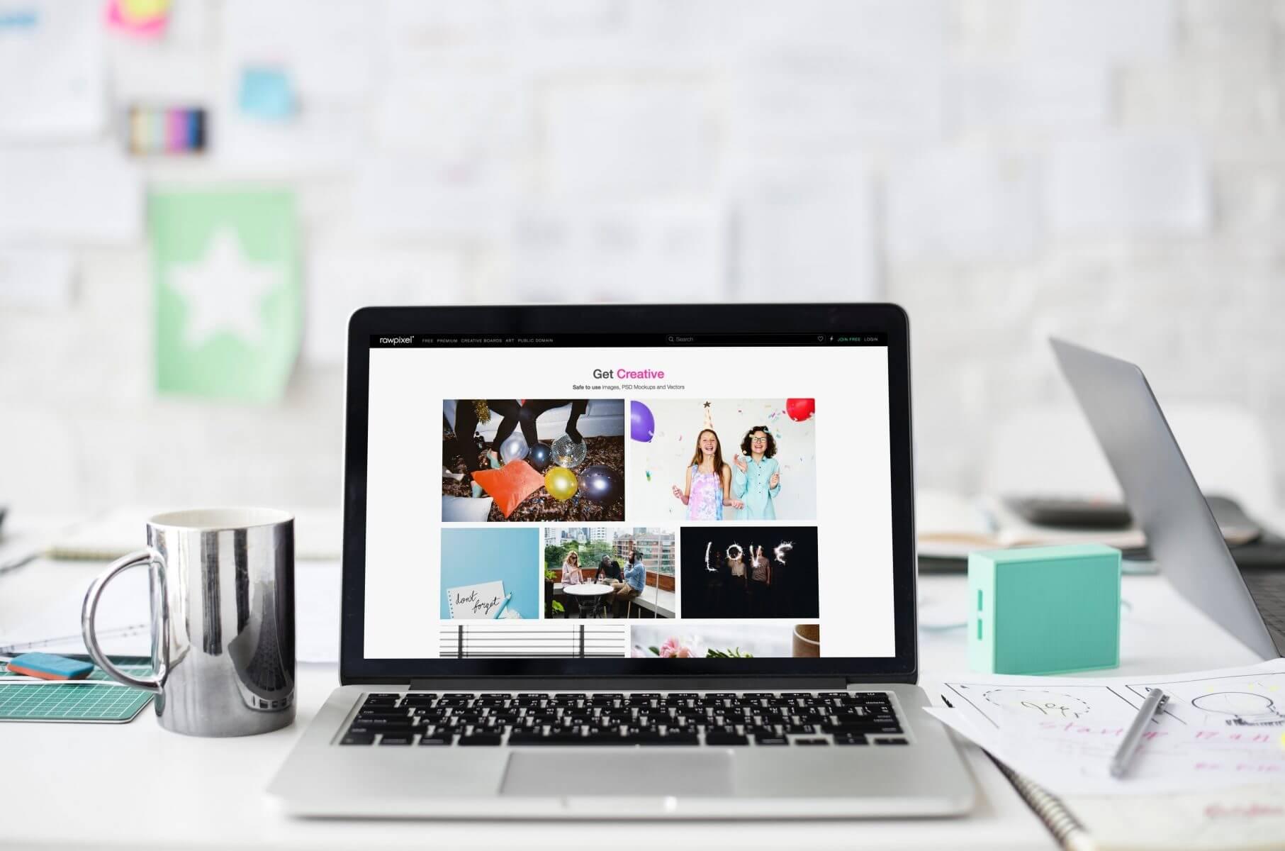 מחשב נייד עם אתר תדמית